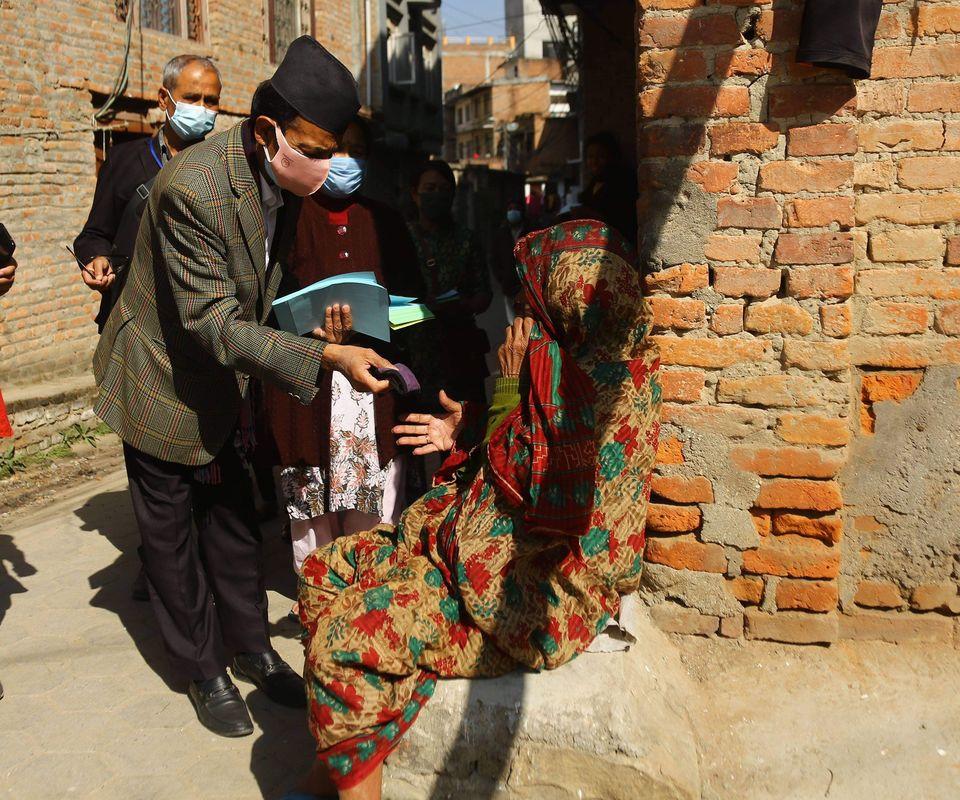 जनताको घरघरमा मास्क बाँड्दै कांग्रेस नेता नविन्द्रराज जोशी (फोटो फिचर)